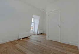 Ruime slaapkamer op bovenste etage