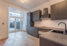 Keuken met openslaande deuren naar de tuin Fultonstraat 22, Den Haag